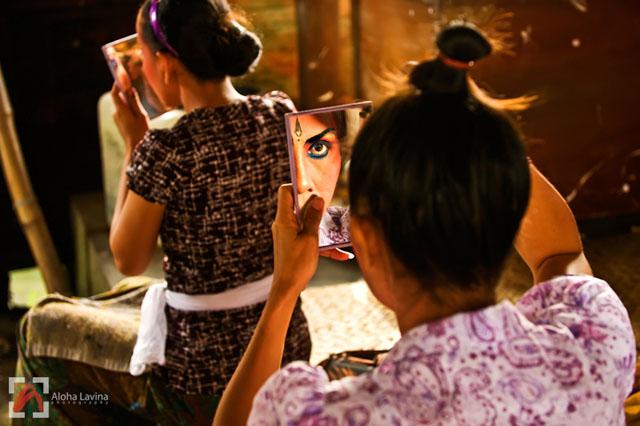 Balinese dancers putting on makeup copyright Aloha Lavina