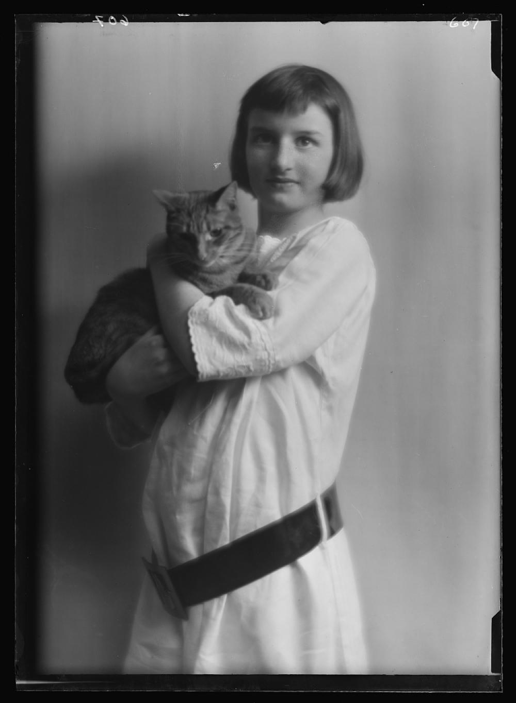 Damrosch, Anita, Miss, with Buzzer the cat, portrait photograph