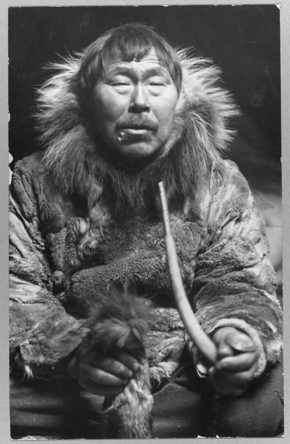 Eskimo smoking pipe